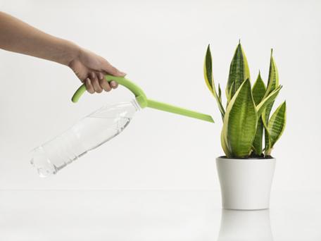 Reutiliza tu botella de agua o refresco y conviértelo en una regadera