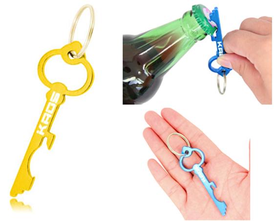 Llavero abrebotellas de aluminio con forma de llave.