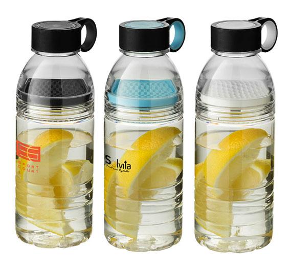 Botella deportiva de tritán con colador para fruta en el centro.