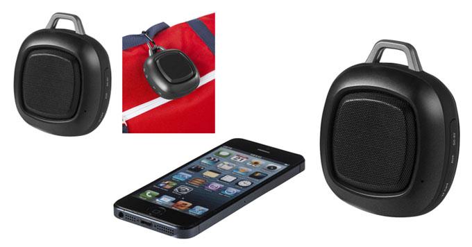 Altavoz Bluetooth resistente al agua. Incluye un mosquetón para colgarlo fácilmente a la ropa o bolsa, y un cable de entrada de audio de 3,5 mm.