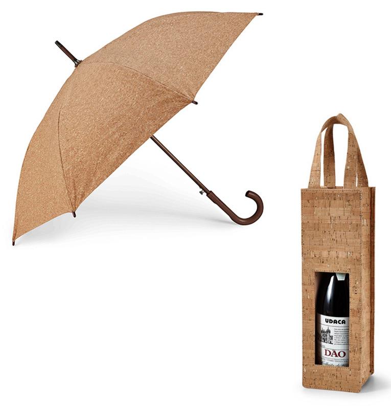 Bolsa porta botellas con asas y paraguas con mango curvo.