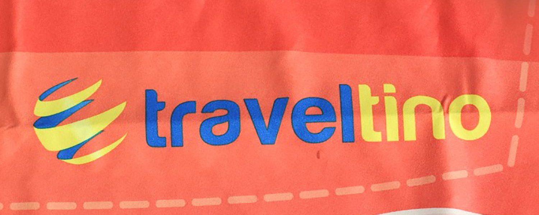 Logo traveltino en toalla