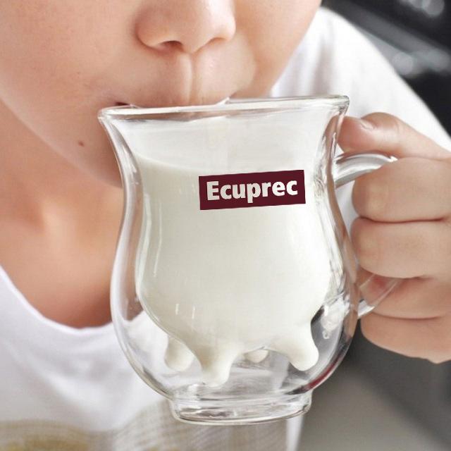 Niño bebiendo leche de una taza de regalo promocional de Ecuprec