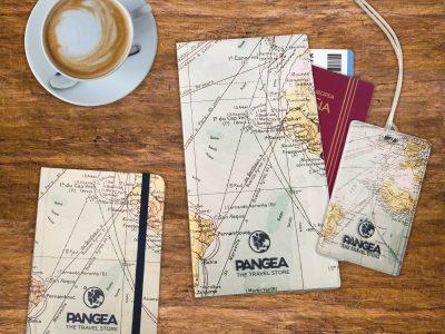 bodegón con mapas de viaje