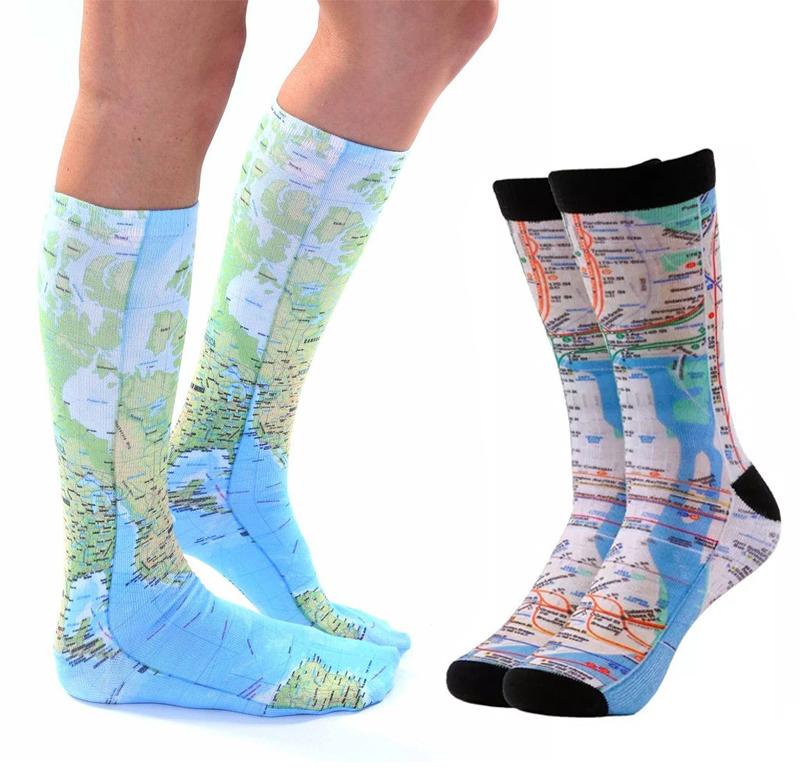 Calcetines personalizados con impresión de mapas.