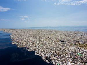 Mar con plásticos