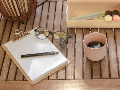 bolígrafo de madera en bodegón